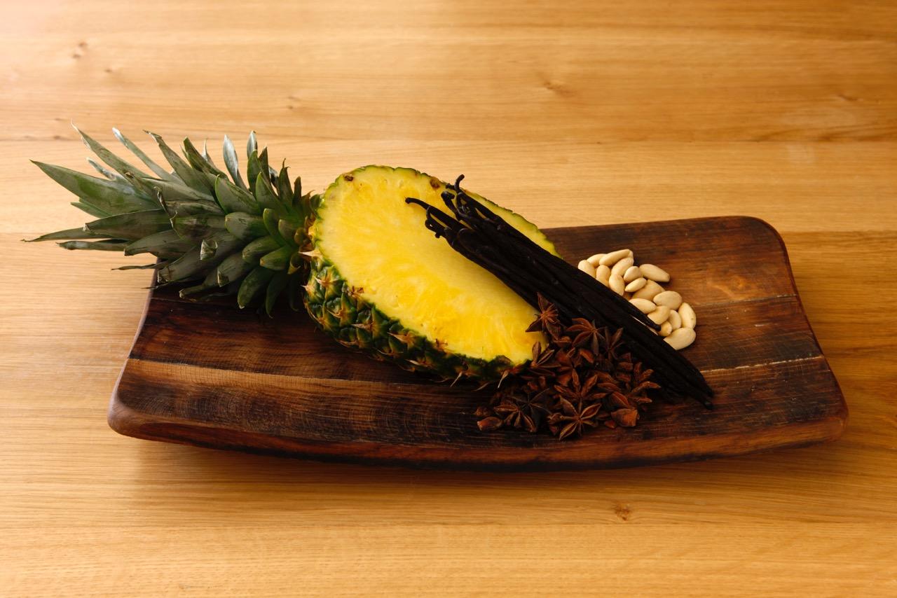 piatto di ananas con anice stellato e pinoli
