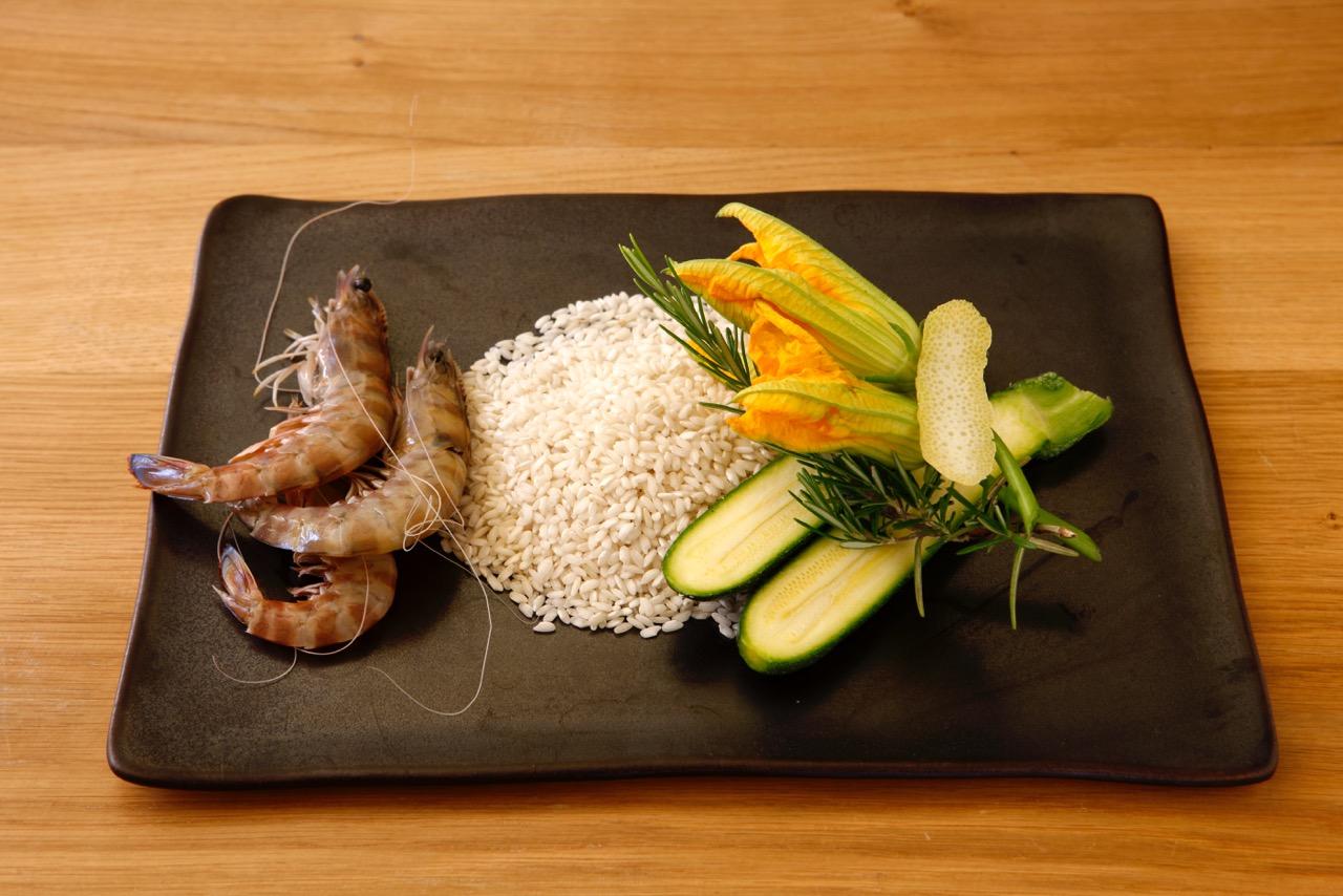 piatto con mazzancolle riso e fiori di zucca