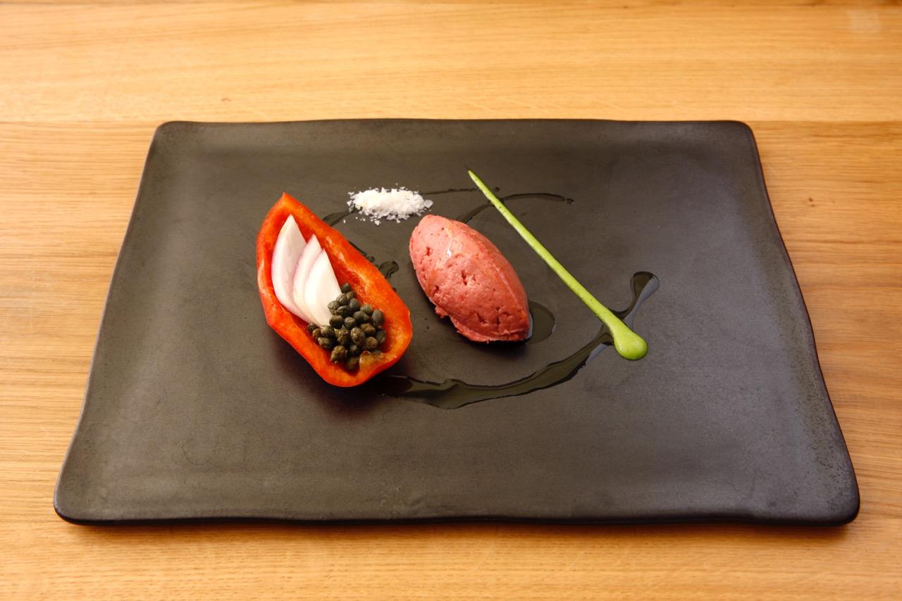 tartare di fassona piemontese con peperone rosso e crema di mango